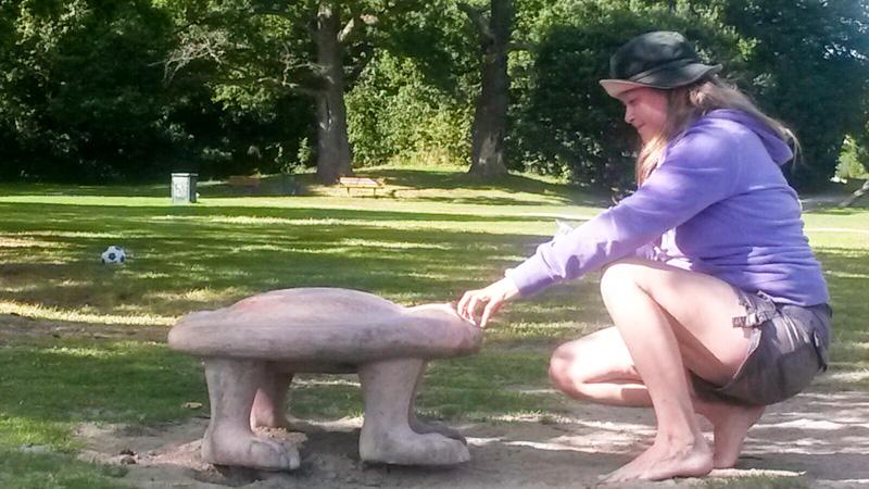 Amalia med skulpturen landkrabba.