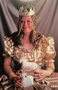 Amalia med Gullspira och guldklänning